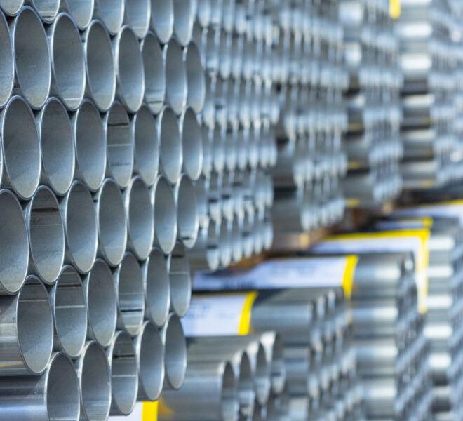 tubos apilados en estanterias